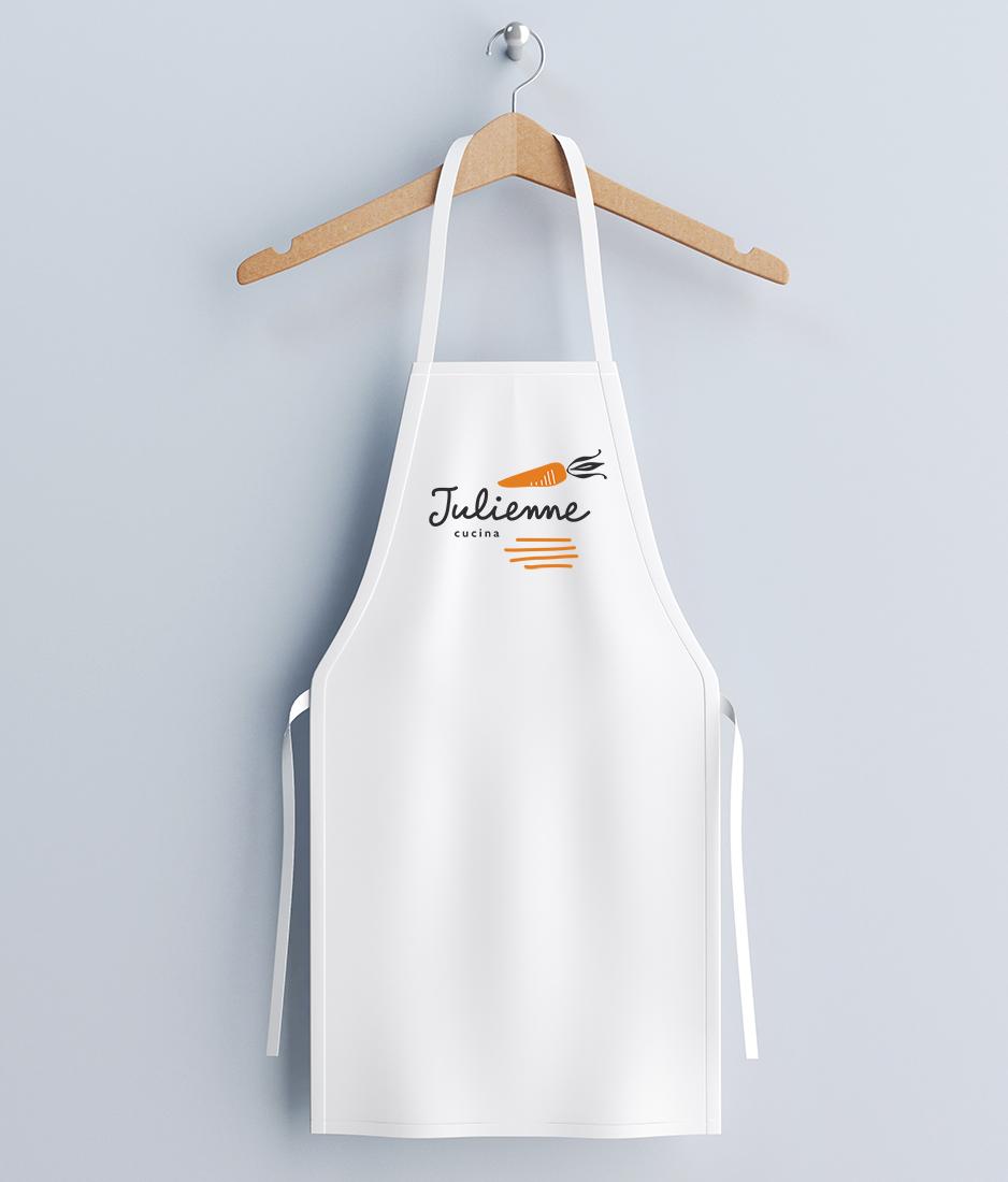 applicazione del logo su grembiule per Julienne cucina - Studio Talpa